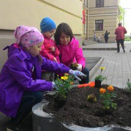 20 мая  в рамках Дни семьи прошло традиционное озеленение территории школы.